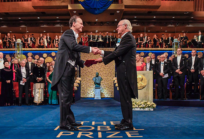 William G. Kaelin Jr., MD, receiving the Nobel Prize in Medicine from King Carl Gustaf of Sweden