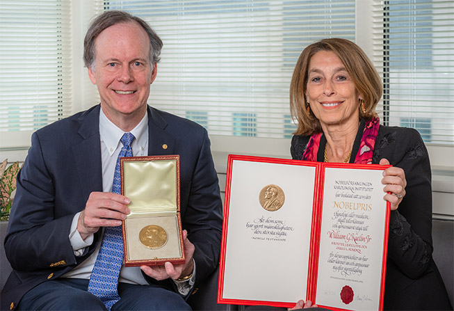 William G. Kaelin Jr., MD, and Laurie H. Glimcher, MD, holding Kaelin's Nobel Prize and Certificate