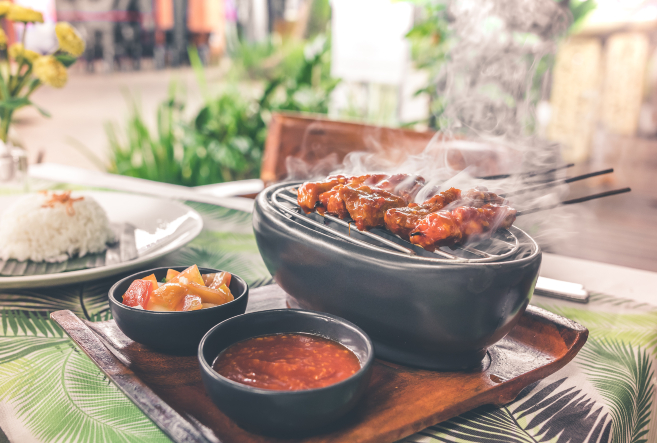 barbecue-on-grill-with-sauce-platter-929192